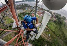 Teknisi XL Axiata melakukan pemeliharaan perangkat BTS di atas tower di sekitar Kawasan Wisata Danau Toba, Samosir, Sumatera Utara. Lokasi-lokasi tujuan wisata mendapatkan perhatian khusus untuk penguatan jaringan,