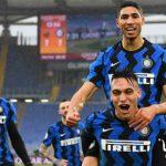 Aschraf Hakimi digendong Lautaro Martinez usai membawa unggul Inter Milan 1-2 atas AS Roma, Minggu (10/1/2021). Tapi laga berakhir 2-2 untuk kedua tim.(goal/kaldera)