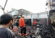Sebanyak dua kios milik pedagang ayam penyet, Ade,39, yang terletak di Pasar 10 Kecamatan Percut Sei Tuan hangus terbakar