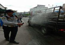 Dinas Perhubungan Kabupaten Asahan melakukan penyemprotan disinfektan kepada pengguna jalan dan angkutan