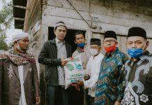 UAS saat menyalurkan beras di Tiga Binanga, Kab Karo, Sabtu (20/3/2021).