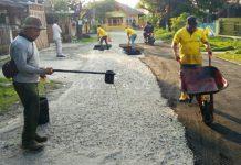 Staf Dinas PU Kota Medan melakukan patching salahsatu jalan di Kota Medan beberapa waktu lalu.