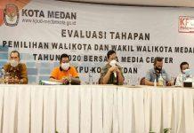 Ketua KPU Medan, Agussyah R Damanik saat diskusi evaluasi Pilkada Medan di Theme Parkir, Serdang Bedagai, Rabu malam(3/3/2021).