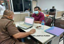 Tiga orang tersangka kasus dugaan korupsi pengerjaan proyek peningkatan Jalan Parbotihan- Pulogidang- Temba tahun anggaran 2016 ditahan Kejaksaan Tinggi Sumatera Utara (Sumut), Kamis (4/3/2021).