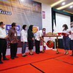 Agus Suryono saat memukul gong tanda dimulainya Rakerda I PHRI BPD Sumut, Rabu (10/3/2021) di Hotel Grand Inna Medan, yang dihadiri seluruh pengurus dan menyimpulkan beberapa poin program kerja.