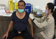 Seratus personel dan Aparatur Sipil Negara (ASN) yang bertugas di Polda Sumatera Utara (Sumut) menjalani vaksinasi Covid-19di Bidang Kedokteran dan Kesehatan (Biddokkes)Polda Sumut, Senin (15/3/2021).