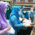 Tim Penggerak PKK dan Dharma Wanita Persatuan (DWP) Langkat menggelar aksi sosial, bagi-bagi nasi berkah kepada warga yang membutuhkan di beberapa titik di Kecamatan Kuala, Jumat (19/3/ 2021).