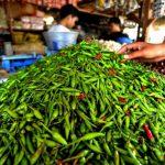 Dua Minggu menjelang bulan Ramadhan, mayoritas harga kebutuhan pokok di pasar tradisional Simpang Limun, Jalan SM Raja Medan, naik tipis, Senin (29/3/2021).