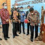 Wakil Bupati, Syah Afandin bersama Wakil Walikota Binjai, Amir Hamzah memukul gong tanda dibukanya Muscab ke-II PERADI Langkat-Binjai, Sabtu (3/4/2021)
