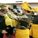 Wakil Walikota Medan, Aulia Rachman memakaikan tanjak kepada salah satu pengurus PD MABMI Medan