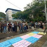 Puluhan wartawan dari berbagai media cetak, online dan elektronik kembali melakukan aksi di depan kantor Walikota Medan, Jalan Kapten Maulana Lubis, Jumat (16/4/2021).