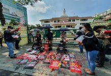 Massa dari Forum Jurnalis Medan (FJM) kembali melakukan aksi unjuk rasa di depan kantor Wali Kota Medan, Jalan Kapten Maulana Lubis, Rabu (21/4/2021) siang.