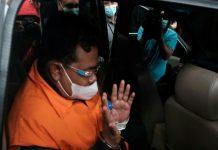 Walikota Tanjungbalai M Syahrial (MS) dan AKP Stepanus Robin Pattuju (SRP) kompak bungkam ketika ditanya wartawan perihal keterlibatan Wakil Ketua DPR Aziz Syamsuddin dalam kasus suap senilai Rp1,5 miliar yang dilakukan oleh MS.