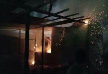 Diduga alami gangguan jiwa, Rahmad, 22, warga Jalan Titi Pahlawan, Kelurahan Labuhan Deli, Kecamatan Medan Marelan,bakar rumahnya sendiri, Kamis (30/4/2021).