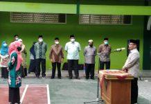 Rektor UIN Sumut Prof Syahrin Harahap (kanan) saat melantik Academic Writing Centre (AWC) UIN Sumut.(ist)