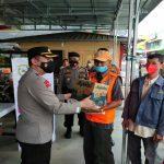 Kapolresta Pematangsiantar AKBP Boy Sutan Binanga Siregar dan Ketua Bhayangkari Ny Fifi Boy Siregar berbagi kasih beberapa paket sembako.