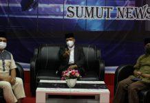 "Rektor UINSU Prof Syahrin Harahap (tengah), Sosiolog UMSU, Shohibul Anshor Siregar (kanan) dan Dr Hasan Sazali diabadikan usai menjadi pembicara Talkshow ""Pesan Dari UINSU"" yang digagas Laboratorium Komunikasi FIS UINSU, Jumat (7/5/2021)."