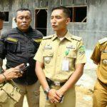 Camat Wampu Syamsul Adha (dua dari kanan). Namanya dicatut penipu bermodus kirim bantuan slip transfer palsu.