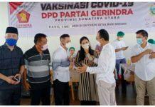 Ketua DPW P Gerindra Sumut H Gus Irawan Pasaribu berbincang-bincang dengan panitia pelaksana vaksin ketika meninjau vaksinasi Covid-19 oleh Gerindra Sumut, Rabu (5/5/2021), di lantai 22 apartemen Skyview jalan Abdul Hakim, Kampung Susuk, Kecamatan Medan Selayang.