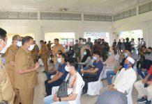 Bupati Deli Serdang H Ashari Tambunan meninjau vaksinasi massal di Tanjung Morawa.