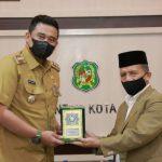 Wali Kota Medan Muhammad Bobby Afif Nasution SE MM saat menerima audiensi Rektor Universitas Islam Negeri (UIN) Sumut Prof Dr Syahrin Harahap di Balai Kota Medan, Selasa (8/6) petang.
