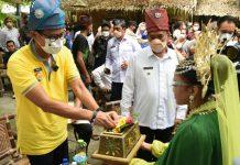 Menteri Parekraf Sandiaga Uno didampingi Bupati Deli Serdang Ashari Tambunan saat mengunjungi Desa Wisata Indonesia 2021 di Kecamatan Pantai Labu.