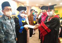 Sebanyak 77 Aalumni Fakultas Ilmu Sosial (FIS) Universitas Islam Negeri Sumatera Utara menjalani proses yudisium pada Senin (21/06/2021) di Aula FIS UIN Sumut Kampus IV, Durin Jangak, Pancur Batu, Deliserdang.