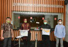 Dua Komisioner Komisi Pemilihan Umum (KPU), Arief Budiman dan Evi Novida Ginting Manik mengajukan uji materi atau judicial review ke Mahkamah Konstitusi (MK) terkait Undang-undang Nomor 7 Tahun 2017 tentang Pemilihan Umum (Pemilu)