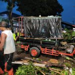 Hujan deras disertai angin kencang melanda Kota Medan Senin sore (28/6/2021) menyebabkan beberapa batang pohon tumbang di depan Rumah Sakit Adam Malik Medan, Kecamatan Medan Tuntungan.