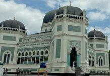 Masjid Raya Al Mashun yang terletak di Jalan Sisingamangaraja Medan tetap menggelar Salat Idul Adha secara berjamaah