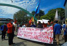 Puluhan mahasiswa melakukan aksi di depan kantor Walikota Medan, Jalan Kapten Maulana Lubis, Jumat (23/7/2021). Massa aksi menolak perpanjangan Pemberlakuan Pembatasan Kegiatan Masyarakat (PPKM) di Kota Medan.
