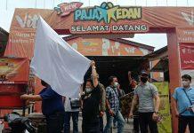 Pekerja kuliner malam di Kota Medan secara serentak memasang bendera putih di sejumlah tempat kuliner malam.
