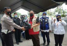 Ketua DPRD Provinsi Sumatera Utara yang juga Ketua Badan Penanggulangan Bencana (BAGUNA) PDI Perjuangan Sumut, Drs Baskami Ginting menyerahkan vitamin dan beras kepada tukang becak, penyapu jalan dan satpam perumahan.