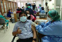 Rumah Sakit Umum Pusat Haji Adam Malik (RSUP HAM) mulai melakukan vaksinasi dosis ketiga atau vaksinasi booster Covid-19 bagi para tenaga kesehatan (nakes) di lingkungan rumah sakit vertikal Kementerian Kesehatan RI itu, sejak Senin (2/8/2021).