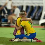 Striker Brazil, Richarlison, merayakan medali emas Olimpiade 2020 dengan rekannya usai mengalahkan Spanyol 2-1. (cbf_futebol/kaldera)