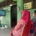 Orangtua dan guru di SMA Swasta Harapan Medan di Jalan Imam Bonjol menggelar nonton bareng (nobar) Upacara peringatan HUT RI ke-76 di Istana Negera, Selasa (17/8/2021).