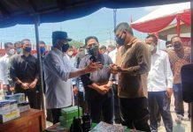 Menteri BUMN Erick Thohir bersama Menteri Perhubungan Budi Karya Sumadi meninjau langsung KM Bukit Raya usai dibuka sebagai tempat isolasi terpusat terapung bagi pasien Covid-19, di Pelabuhan Belawan, Sabtu (21/8/2021).