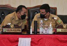 Walikota Medan, Bobby Nasution dan Wakil Walikota Medan, Aulia Rachman berbincang disela -sela Sidang Paripurna DPRD Medan, Senin (23/8/2021)