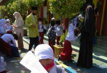 Siswa SD di Deli Serdang tampak berada di areal sekolah dalam pelaksanaan pembelajaran tatap muka terbatas di hari pertama, Senin 6 September 2021.