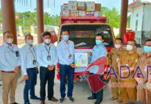 Razali Sahlan (lima dari kiri) menyerahkan 300 paket bantuan secara simbolis kepada warga korban banjir di Nias Utara yang diterima Wakil Bupati Yusman Zega.