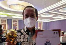 Teks foto: Asisten Perekonomian dan Pembangunan Arief S Trinugroho mewakili Gubernur Sumut Edy Rahmayadi menerima penghargaan Top Pembina BUMD 2021 pada Ajang TOP BUMD Awards 2021, yang digelar majalah Top Business bersama Institut Otonomi Daerah (i-OTDA) dan Lembaga Kajian Nawacita (LKN) di Dian Ballroom, Hotel Raffles, Jakarta, Jumat (10/9/2021).