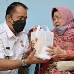 Wakil Walikota Medan, Aulia Rachman memberi cidera mata kepada istri almarhum, Harun Rasyid Lubis