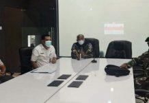 Wakil Bupati Langkat, Syah Affandin (tengah) mengikuti webinar bersama Menpan RB dan KPK dari Ruang LCC, Kantor Bupati Langkat, Kamis (16/9/2021)