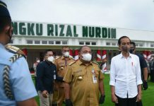 Bupati Langkat foto bersama dengan Presiden Jokowi usai rapat terkait penanganan Covid-19 di Aula T Rizal Nurdin Rumah Dinas Gubsu, Jumat (17/9/2021).