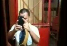 Potongan video pegawai Rutan Natal Derman Gultom yang mengarahkan ponselnya ke warga saat akan dijebloskan ke dalam sel Polsek Natal. (Foto Tangkapan Layar)