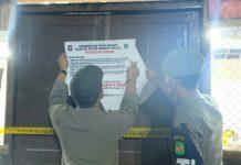 Personel Satpol PP menyegel lokasi yang kerap dijadikan arena perjudian dan melanggar prokes level III PPKM