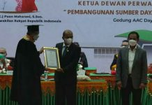 Kepala Kejaksaan Negeri Medan, Sumatera Utara, Teuku Rahmatsyah, menerima USK Award sebagai apresiasi dari almamaternya Universitas Syiah Kuala (USK) Banda Aceh. Rahmatsyah dinilai memberikan kontribusi dalam pembangunan masyarakat.