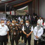 Ribuan anak sekolah usia 12 sampai 17 tahun dari beberapa sekolah yang ada di Medan mendatangi kantor Kejaksaan Tinggi Sumatera Utara (Kejati Sumut) untuk mengikuti kegiatan vaksinasi dosis pertama, Rabu (6/10/2021).