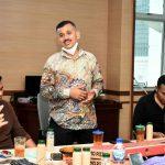 Plt Kadis Kominfo Sumut, Aziz Batubara (berdiri) didampingi Benny Pasaribu (kiri) bertemu sejumlah wartawan Kantor Gubsu, kemarin.