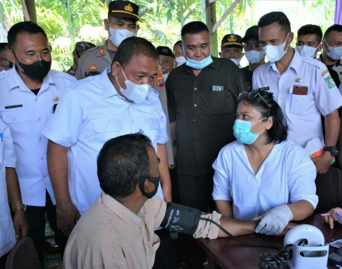 Bupati Langkat, Terbit Rencana PA mengapresiasi atas tingginya antusias masyarakat Kecamatan Sei Bingai mengikuti vaksinasi massal dosis pertama di Jambur Dusun Percihen, Desa Tanjung Gunung, Kecamatan Sei Bingai, Langkat, Rabu (13/10/2021).